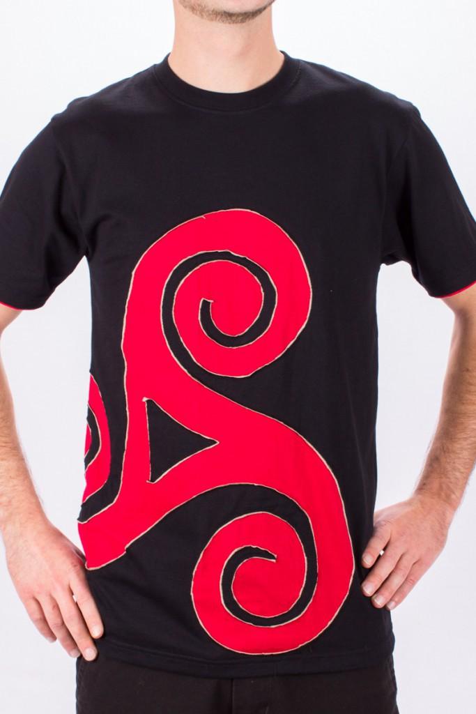 T-shirt Triskel décentré Fond Noir design Rouge & Beige