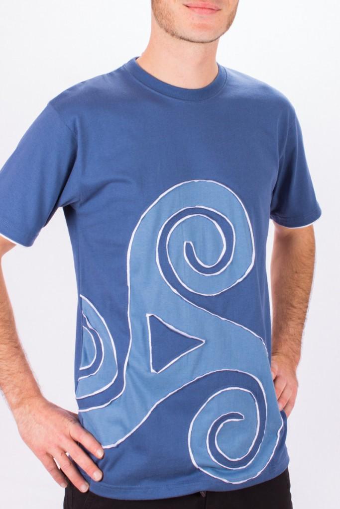 T-shirt Triskel décentré Fond Petrol design Blanc & Bleu